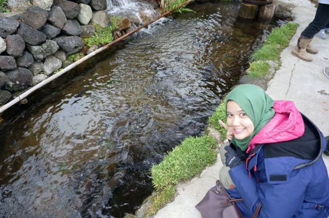 Anggie San kagum melihat ikan di sungai bahkan kalau di indonesia habis neh..
