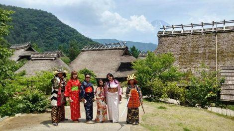 peserta tour jepang di desa wisata kawaguchiko gunung fuji